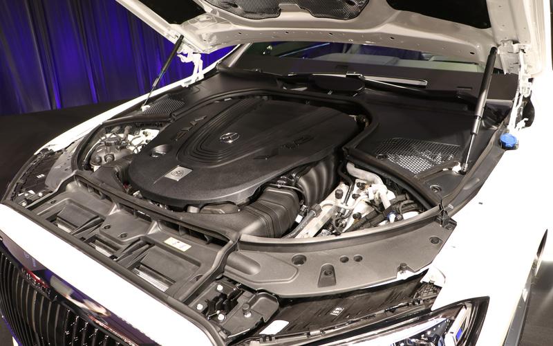 最高出力450kW(612PS)、最大トルク900NmのV型12気筒 6.0リッターツインターボ「M279」型エンジンに9速ATが組み合わせられる