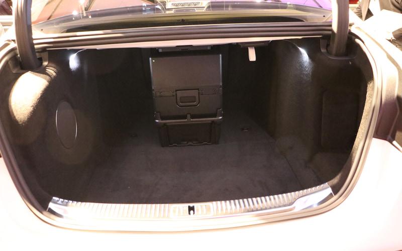 トランク中央にあるのは後部席用冷蔵庫の裏側部分。オプションのファーストクラスパッケージを選択すると装備される