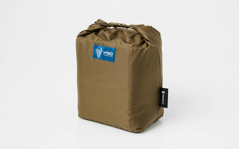 「ヒャドクーラークーラーパック8(オリジナルロゴ入り)」。防水仕様で、ウレタンフォームで断熱効果もある