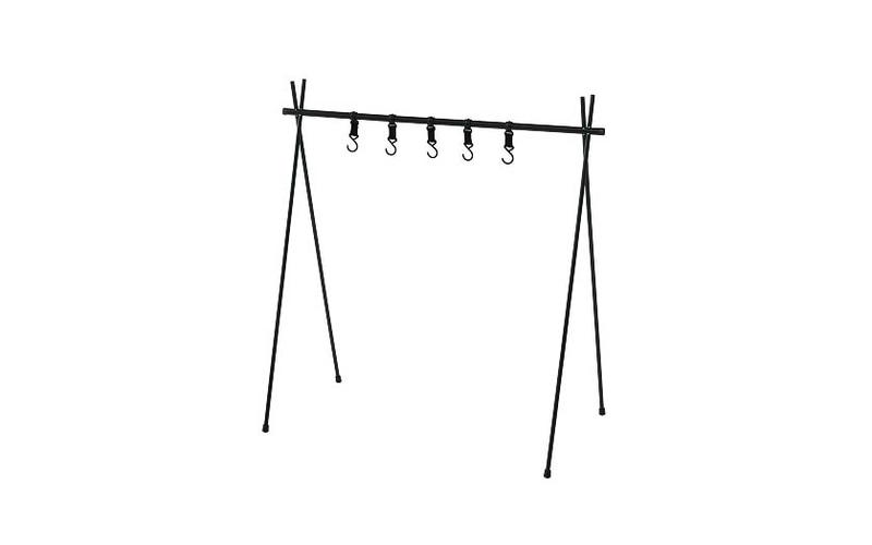 「テントファクトリーTFスタンドハンガー」。食器類や着替えなど、地面に直置きしたくないものを吊せる組み立て式のハンガー