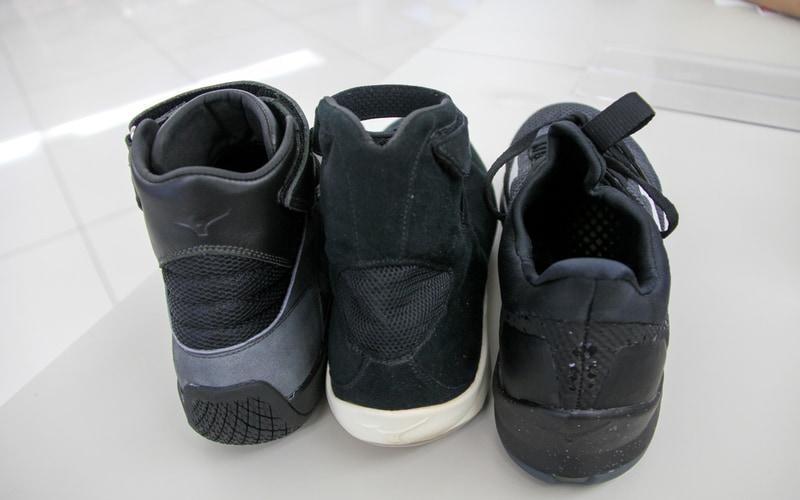 左が今回のドライビングシューズで、中央、右の靴は試作品。ジャバラ構造メッシュの形状もずいぶん異なる