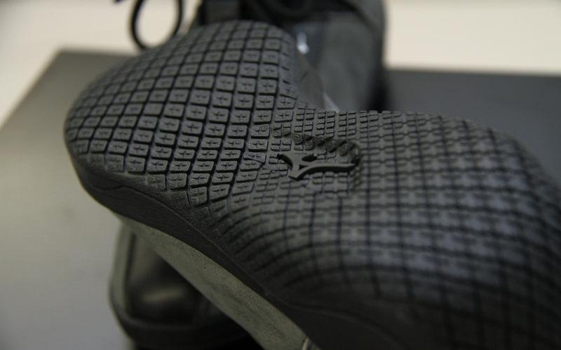 ドライビングシューズは機能とデザインの融合を目指し、マツダのカーデザイナーとミズノのシューズデザイナーがコンセプト段階から共創し商品化にあたったという。さりげなくMAZDAとミズノのロゴが入るのも素敵