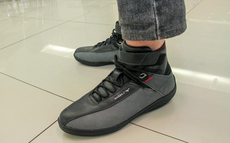 履いて最初の印象はとても軽いのにクッション性がしっかり感じられるということ。普段も使えそうなデザインなのがマル