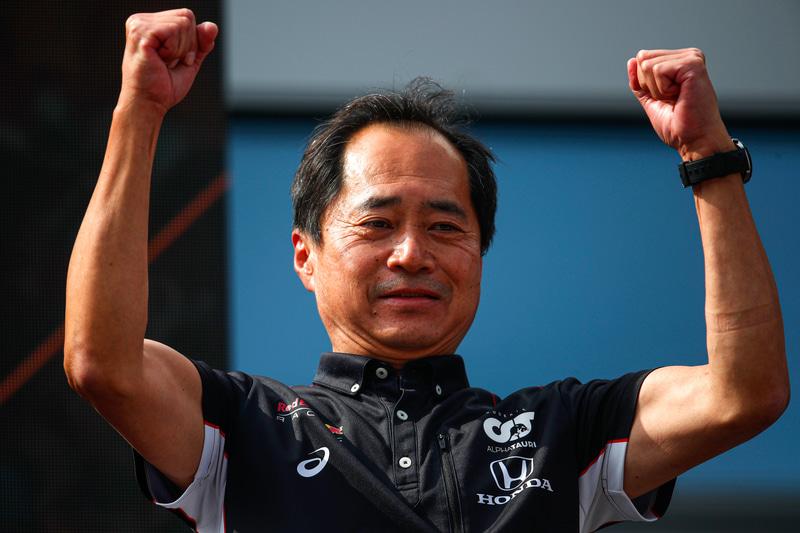 F1第9戦オーストリアGPの表彰台でガッツポーズを取るホンダF1 テクニカルディレクター 田辺豊治氏