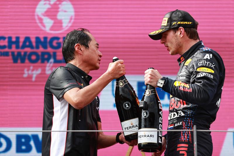 マックス・フェルスタッペン選手とボトルを交わす田辺TD