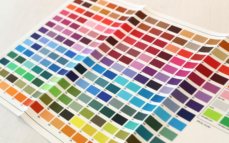 フルプリントに対応したカラー見本。これだけの色の中から選べるので、イメージどおりの仕上がりが期待できるだろう。このカラーはアルパインスターズオリジナルなのでグラフィックソフト等では同じ色が出せない。そのため製作時の色目の確認は色指定後、アルパインスターズからオーダーを受けた色を使ったデザイン画像が送られてくるので、そこで確認を行なうという手順だ