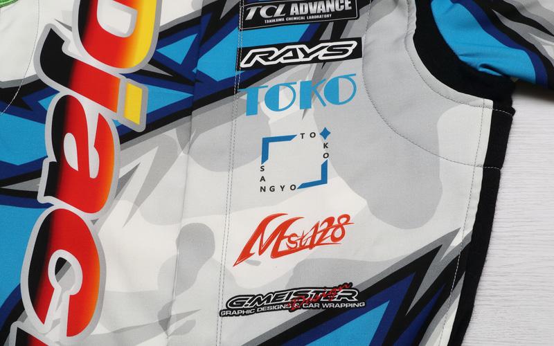 撮影したレーシングスーツは青色が目立つが、よく見るとカモフラ柄も取り入れている。生地の色を変えるだけの手法では真似できないことだ