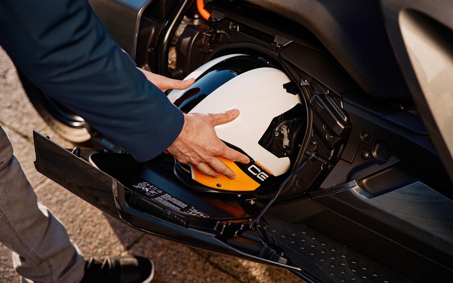 シートの下にはヘルメットも入る収納スペースを確保