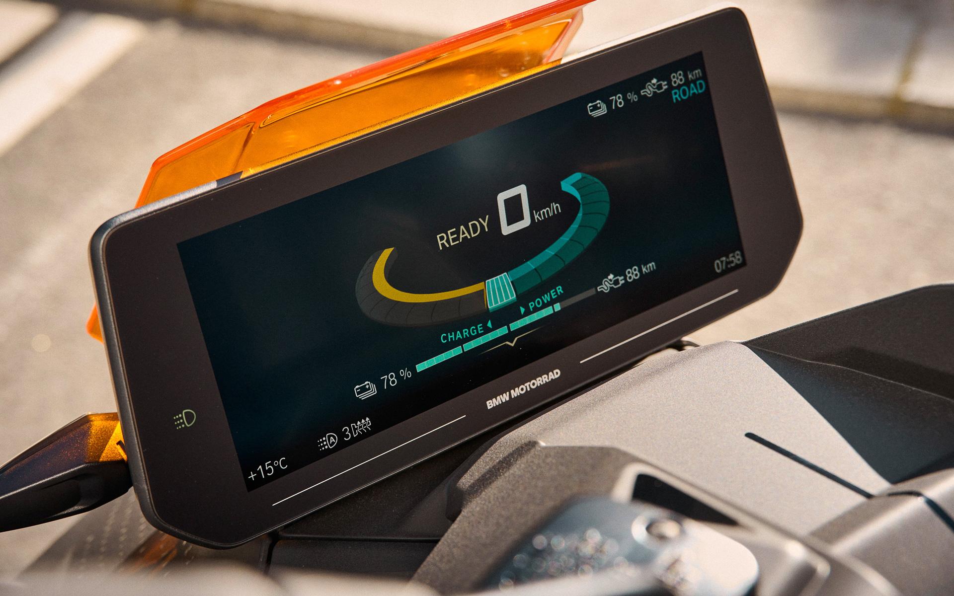 ナビゲーションとコネクティビティを統合した10.25インチTFTカラースクリーンを標準装備し、優れた視認性、分かりやすいメニュー表示やナビゲーション表示を実現した