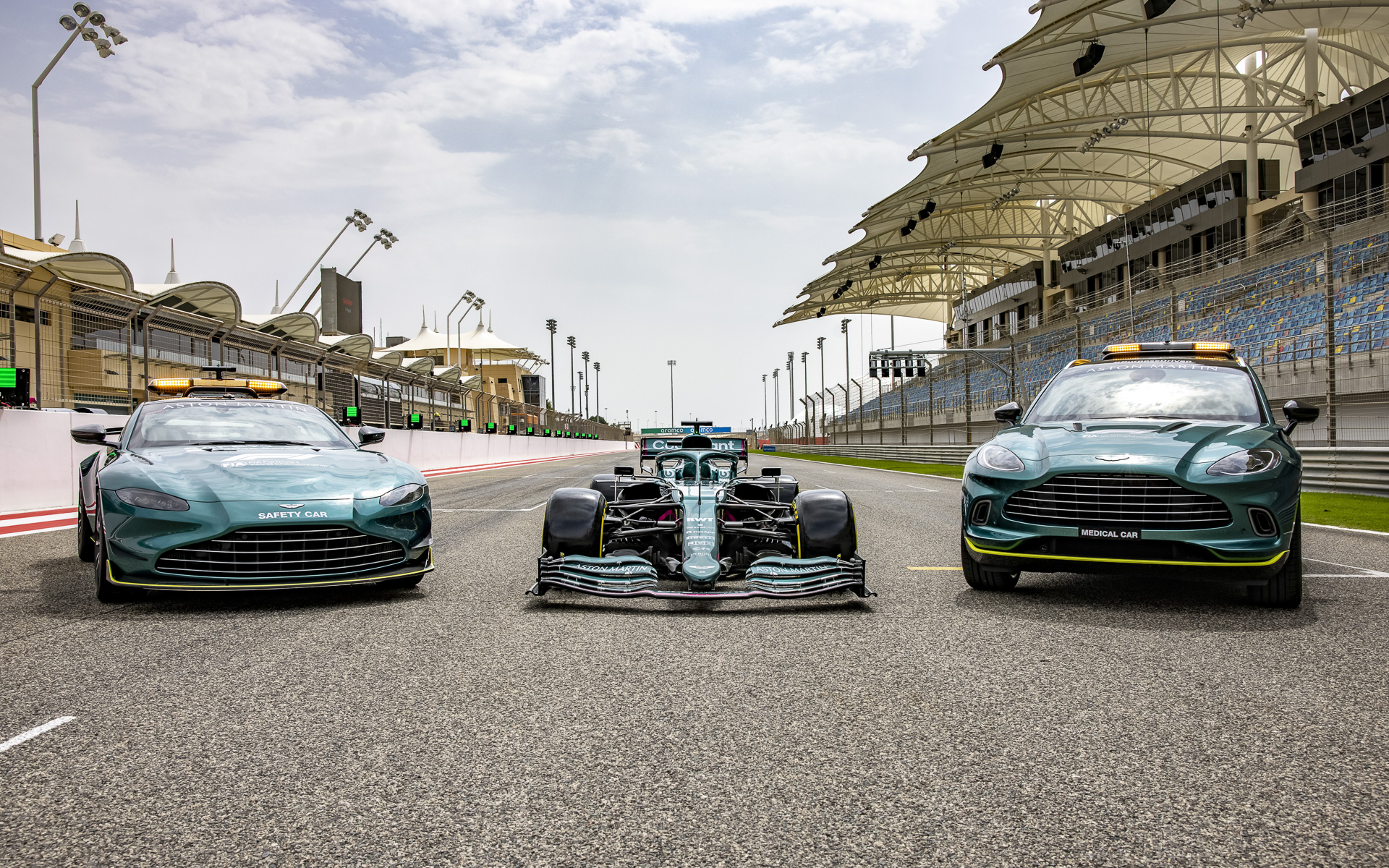 F1カーのAMR21(中)とF1で使用されるセーフティカーのヴァンテージ(左)、メディカルカーのDBX(右)