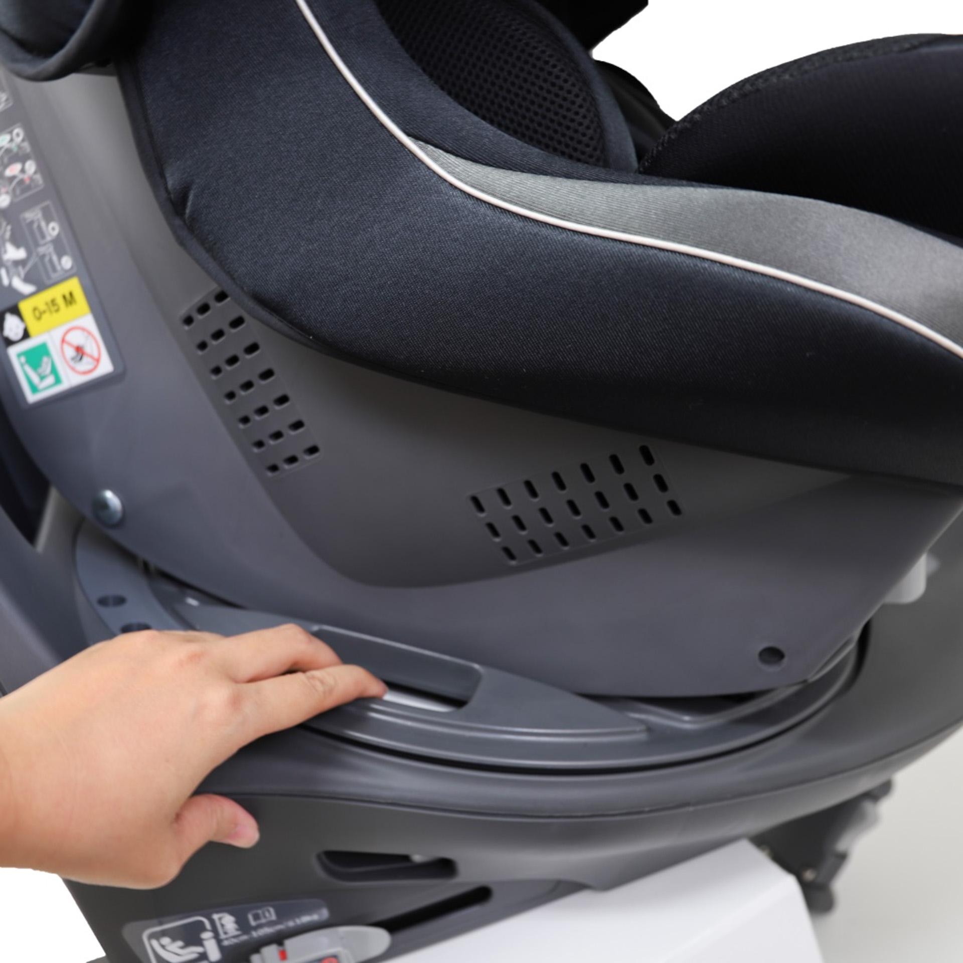 シート両サイドの回転ボタンでドア側からも、座席側からもスムーズに乗せ降ろしが可能