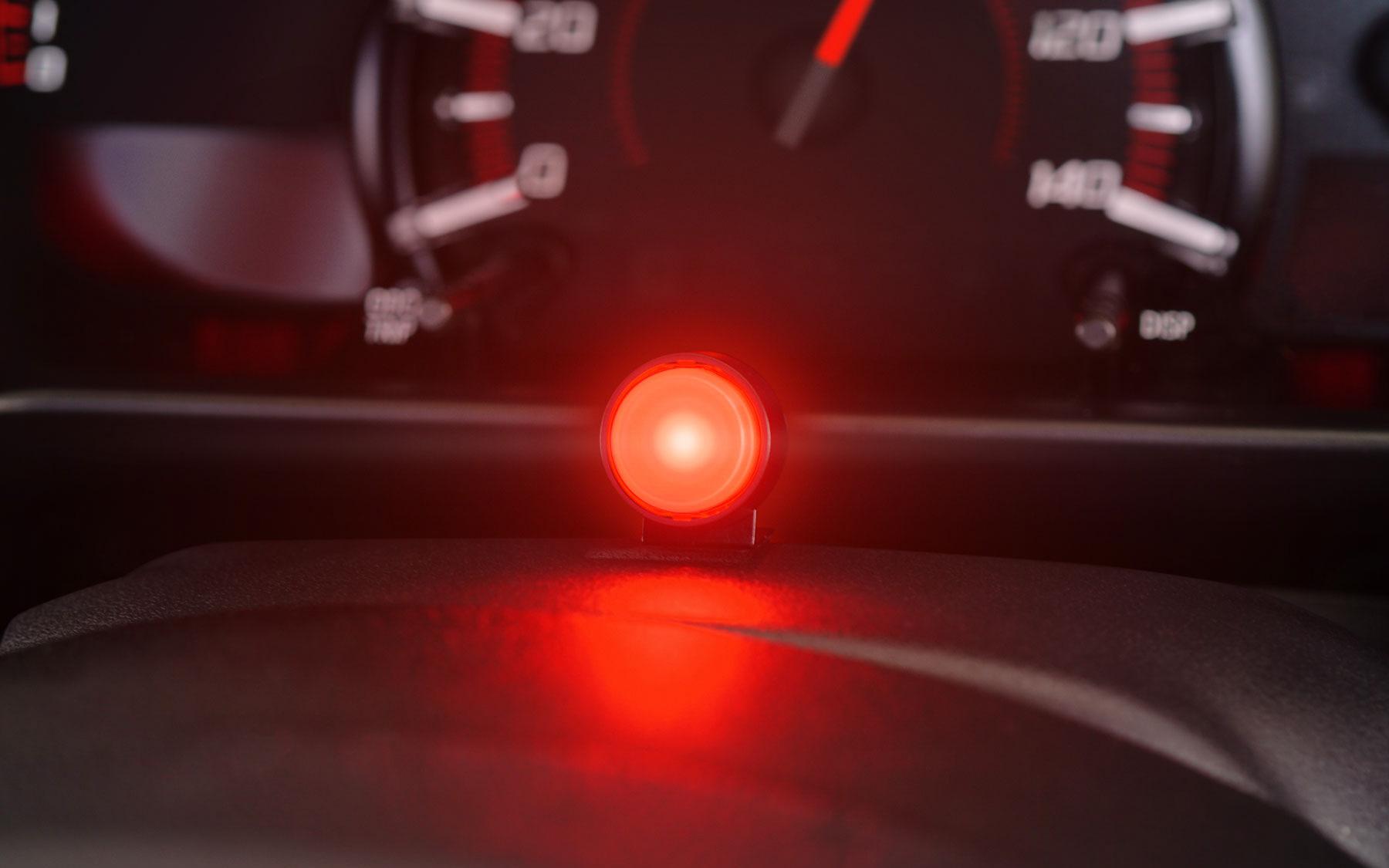 ランプ部には高輝度LEDを採用し、昼間でも認識性の高い発光を誇る。内蔵の光センサーによって周囲の明るさに応じて昼夜2段階の輝度調整機能が行なえる
