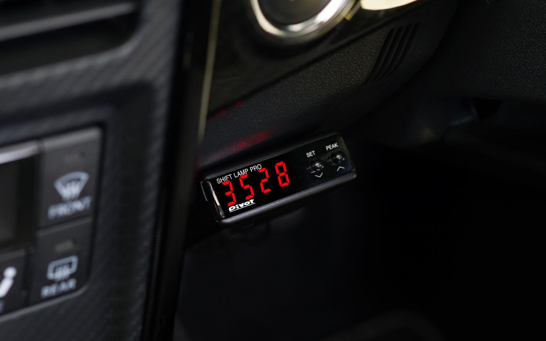 デジタルタコメーターはエンジン回転を0~9999rpmまで1rpm単位で高精度表示