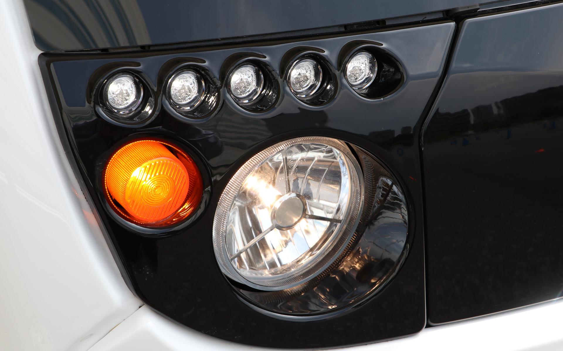 ヘッドライトはハロゲン、5つならんだポジションランプはLED、ウインカーは電球