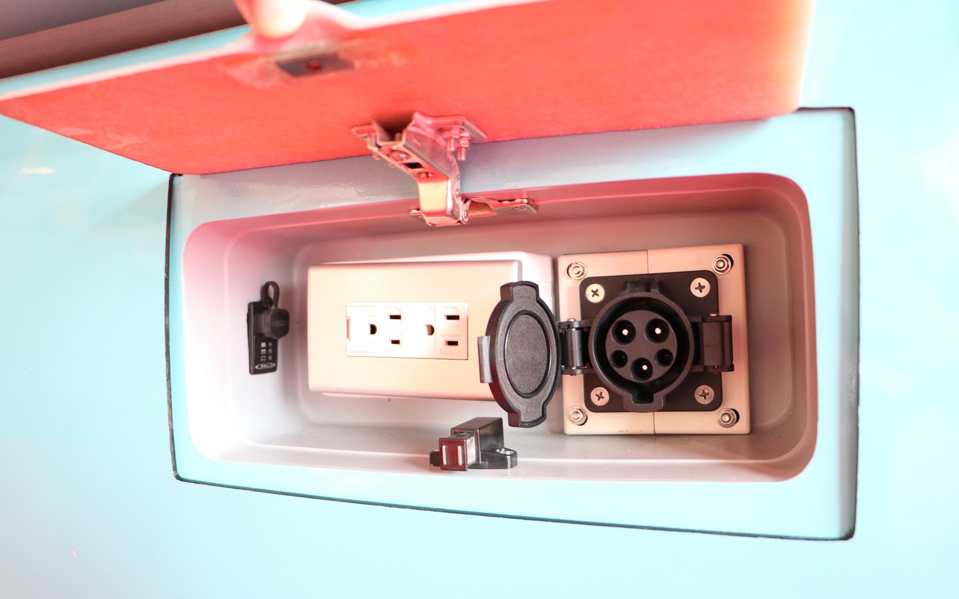 100V給電ポート(エレモ200のみ)と充電ポート