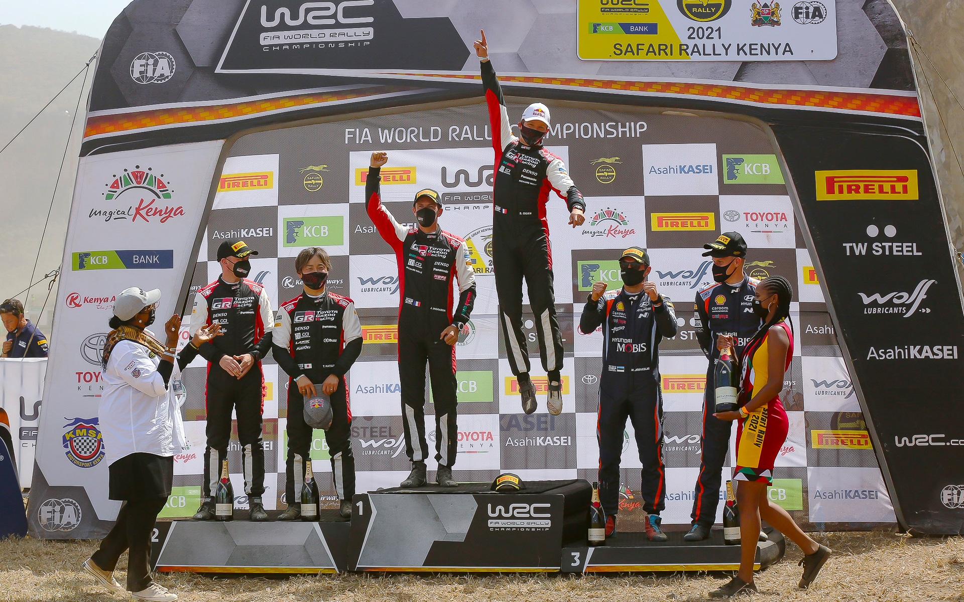 サファリラリーで1-2フィニッシュを達成したTOYOTA GAZOO Racing。中央が優勝したセバスチャン・オジエ/ジュリアン・イングラシア組。左が2位の勝田貴元/ダニエル・バリット組