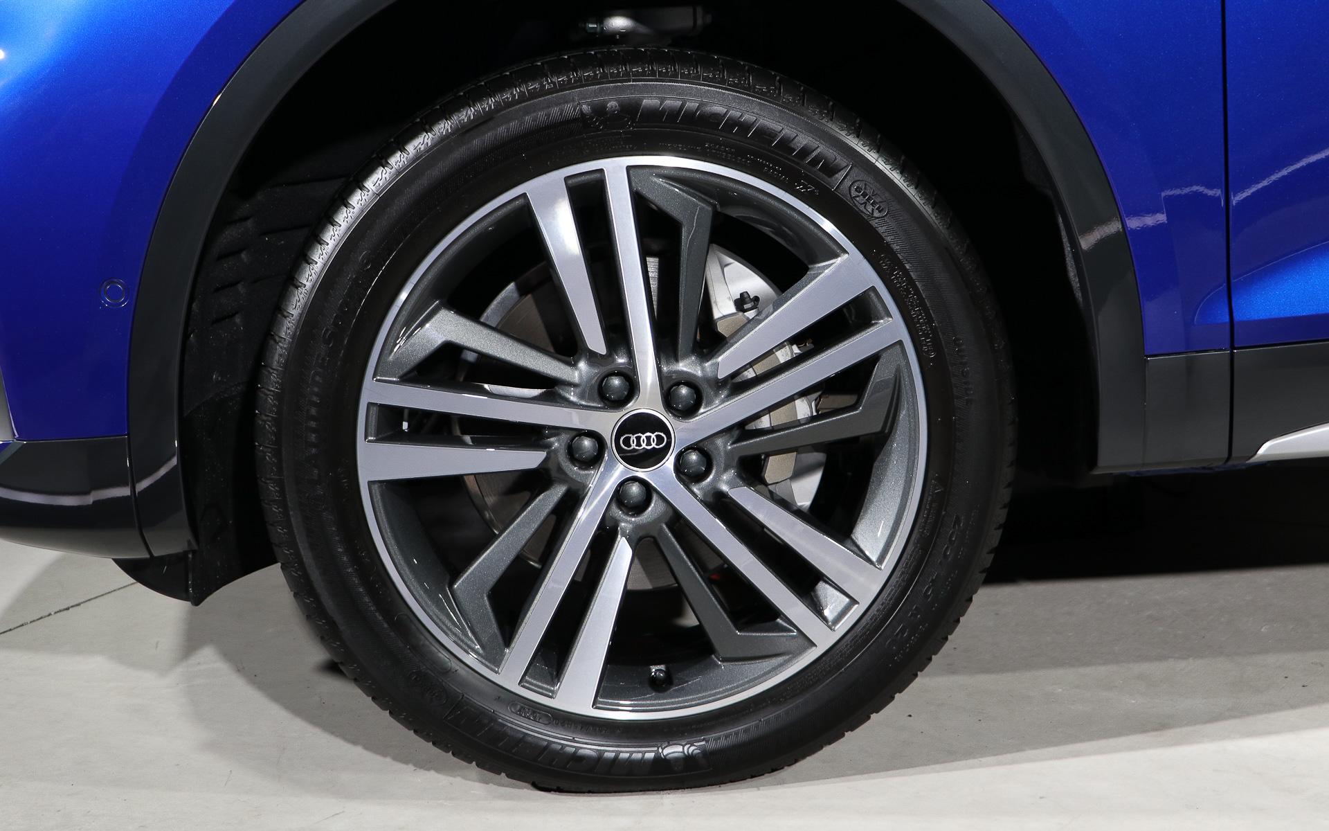 タイヤはミシュランのハイパフォーマンスSUVタイヤ「LATITUDE SPORT 3」を装着。サイズは前後とも255/45R20を履く