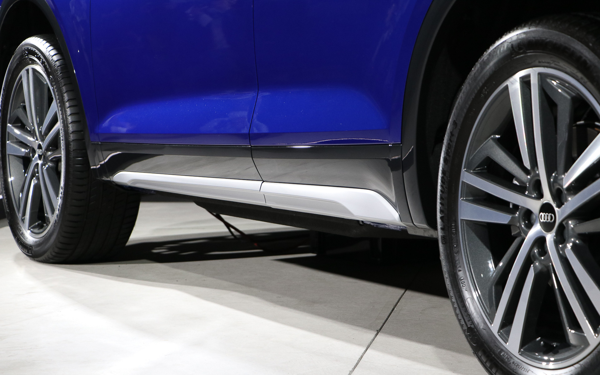 ボディ下側にシルバーのラインを入れることで低さとワイド感を強調。2本出しのマフラーはボディ下部に配置され、後方からは見えないようにしている