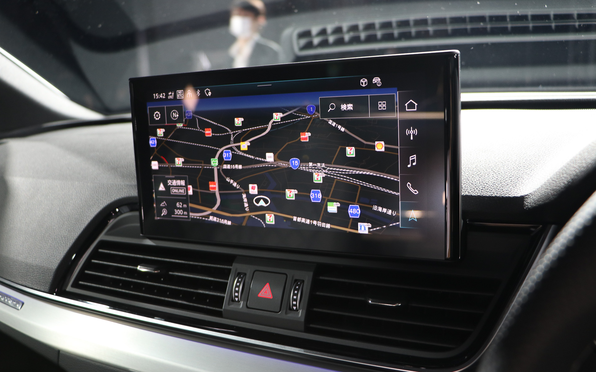 室内はQ5と同様で最新のインフォテインメントシステム「MIB3」や10.1インチのタッチパネル式センタースクリーンを完備