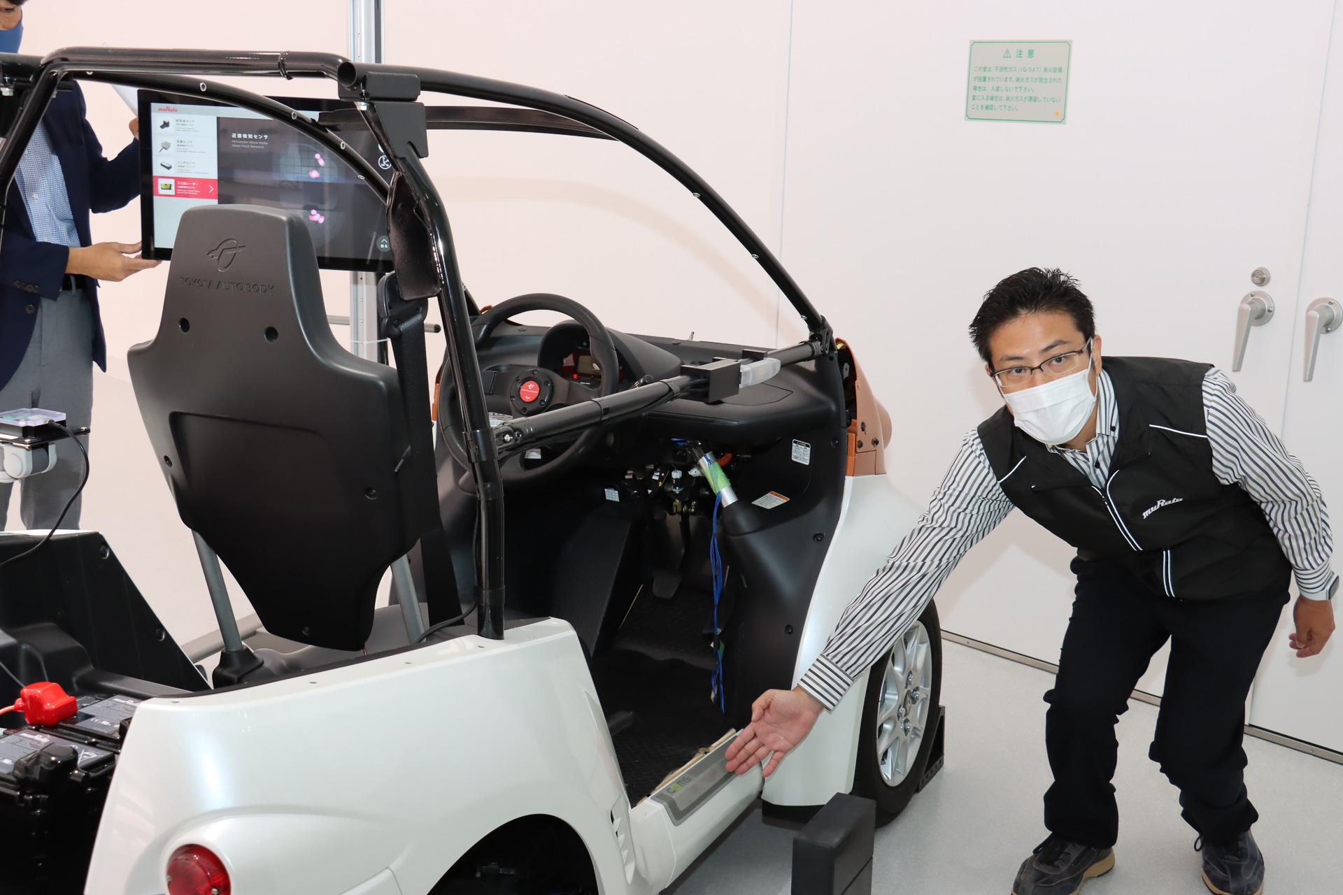 内蔵可能なミリ波レーダーは、ドアなど外観で目立つ部分にも利用可能。近接検知センサーとして利用しているデモではフロントタイヤ脇とドア脇に障害物があることを検知している