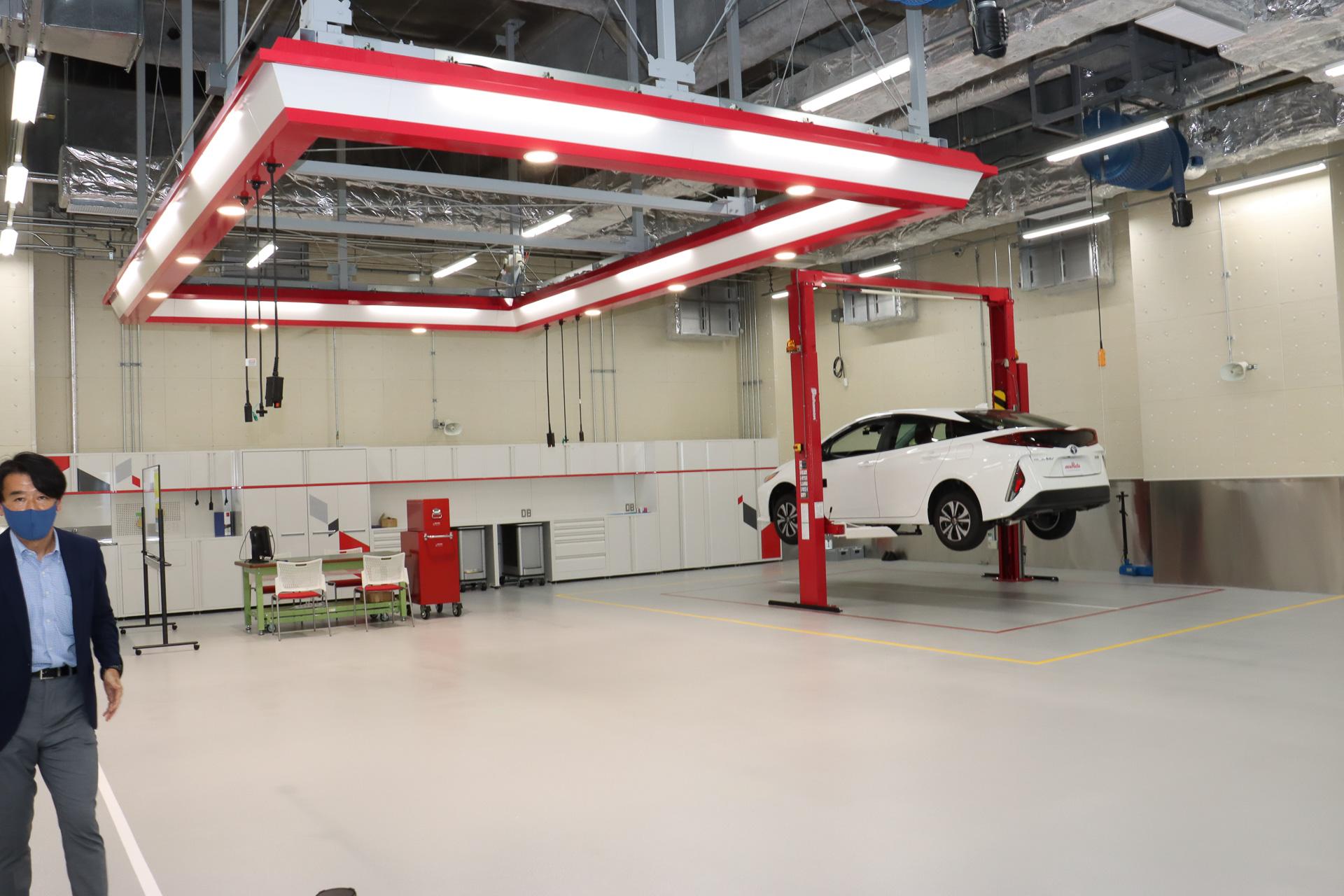 ピット施設では広いスペースに油圧式リフトを設置。この場でクルマの分解やパーツ取り付けなどさまざまな作業ができるようにして、次世代製品に求められる能力などを分析している