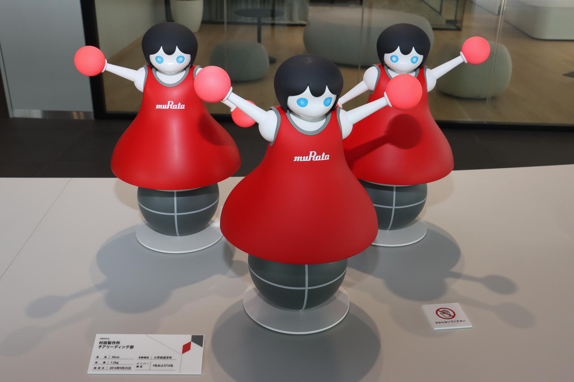 みなとみらいイノベーションセンターのエントランスでは「村田製作所 チアリーディング部」「ムラタセイサク君」が出迎えてくれた