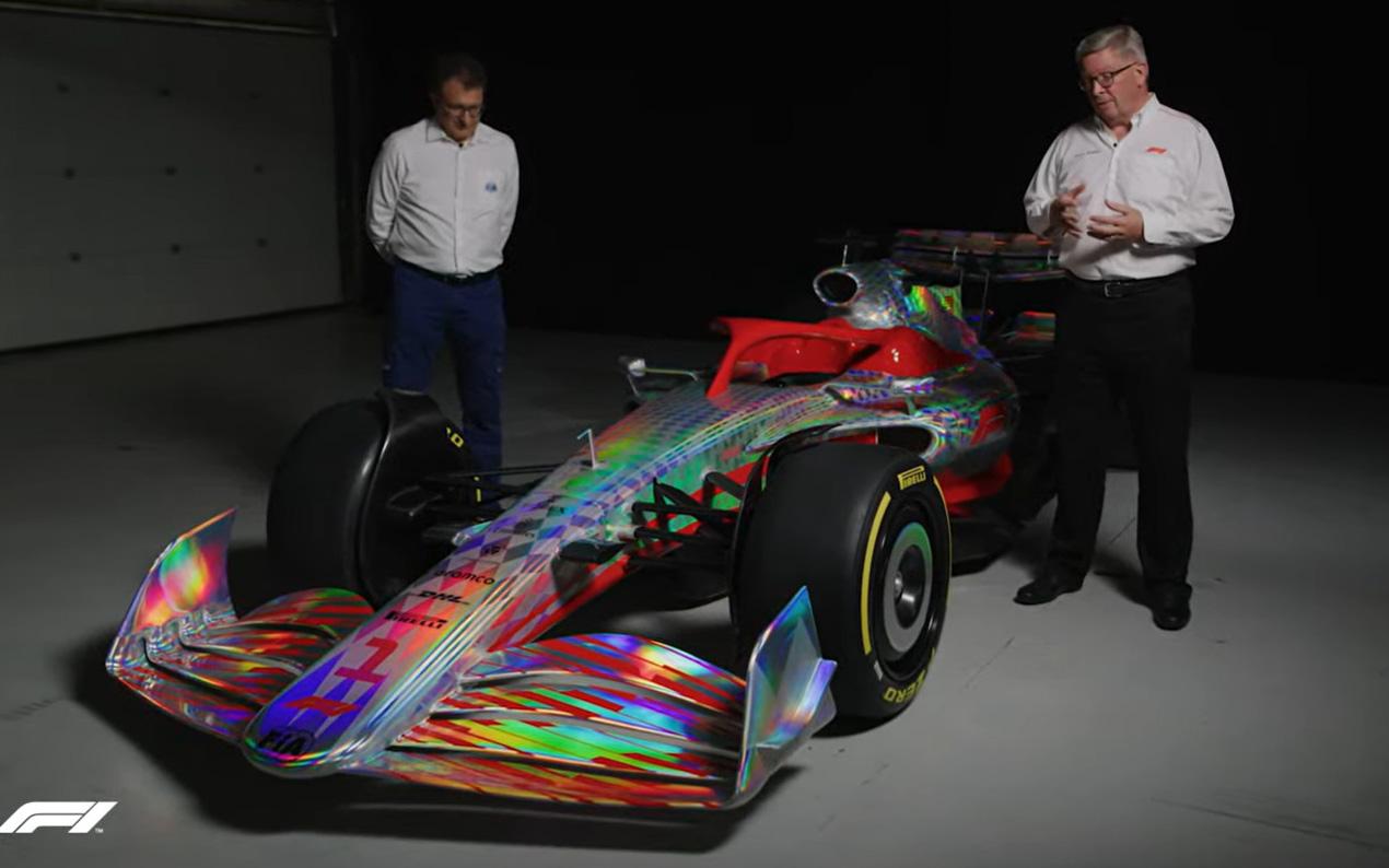 2022年型プロトタイプを前に説明するロス・ブラウン氏(右)とニコラス・トバンジス氏(左)
