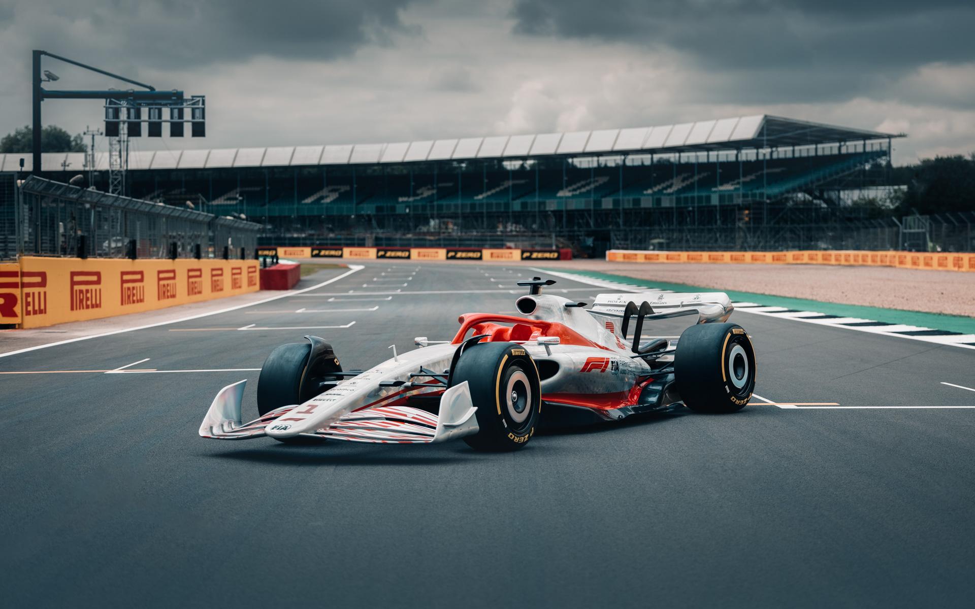 F1イギリスGPの会場であるシルバーストーン・サーキットのコース上におかれる2022年プロトタイプ