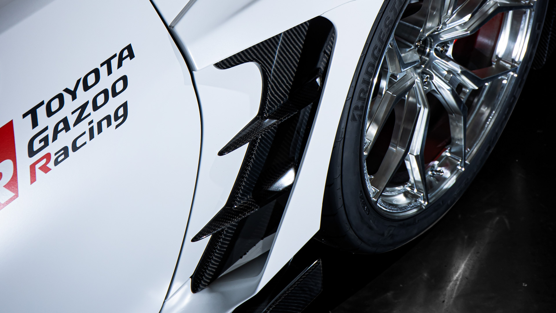 【オーバーフェンダー】片側43mm拡幅し幅広タイヤに対応。ホイールアーチ上方のエアアウトレットはホイールハウス内の空気を排出しダウンフォースの発生に寄与している。また車両にもともと装備されているエアブリーザーより大開口とし効果を向上させた