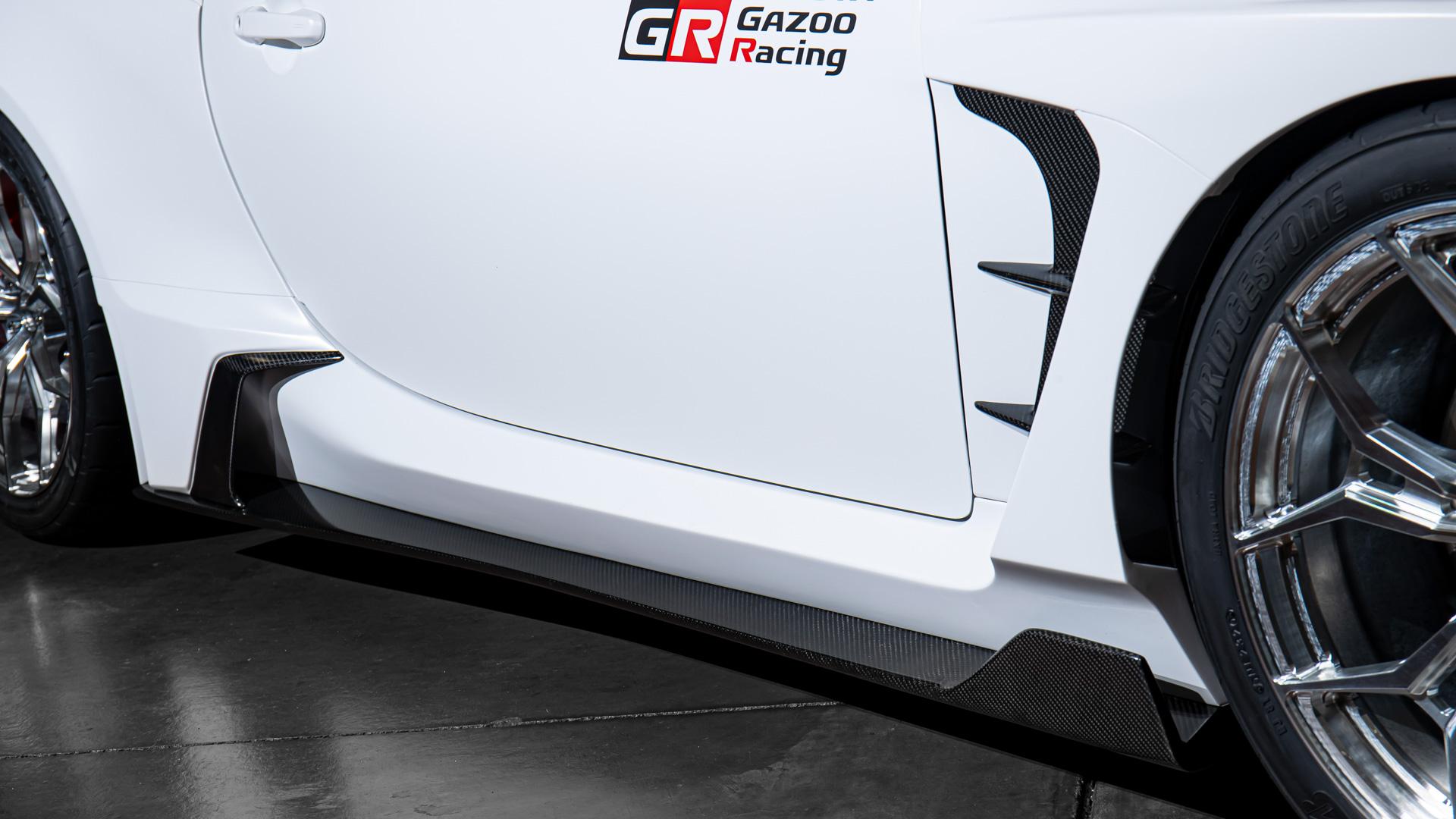【サイドスカート】車両下端の黒い水平板はボディ側面と床下の空気の流れをしっかり分割しグラゥンドエフェクトを増大させる狙い。リヤのホイールアーチ前方のエアインレット&アウトレットはボディ側面の風の流れをホイールアーチ直前で側方に跳ね上げることでホイールハウス内の空気を排出し、ダウンフォースを高めた