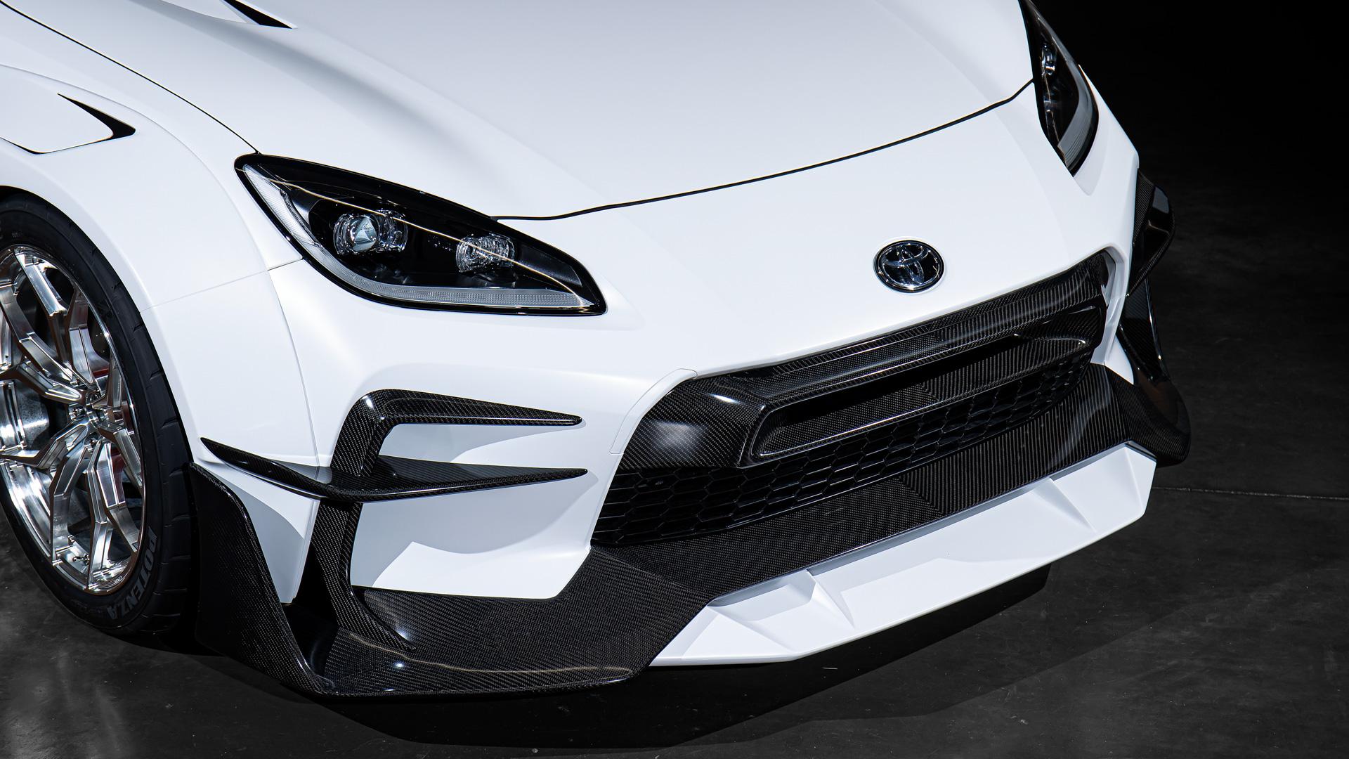 【フロントウィング】ベース車のオリジナルデザインを強調しつつ、大型のフロントウイングとカナードでフロントダウンフォースを確保。グリル上段の大型インレットダクトは走行風圧を利用して、効率よくエンジン吸気ができるラムダクトをイメージした