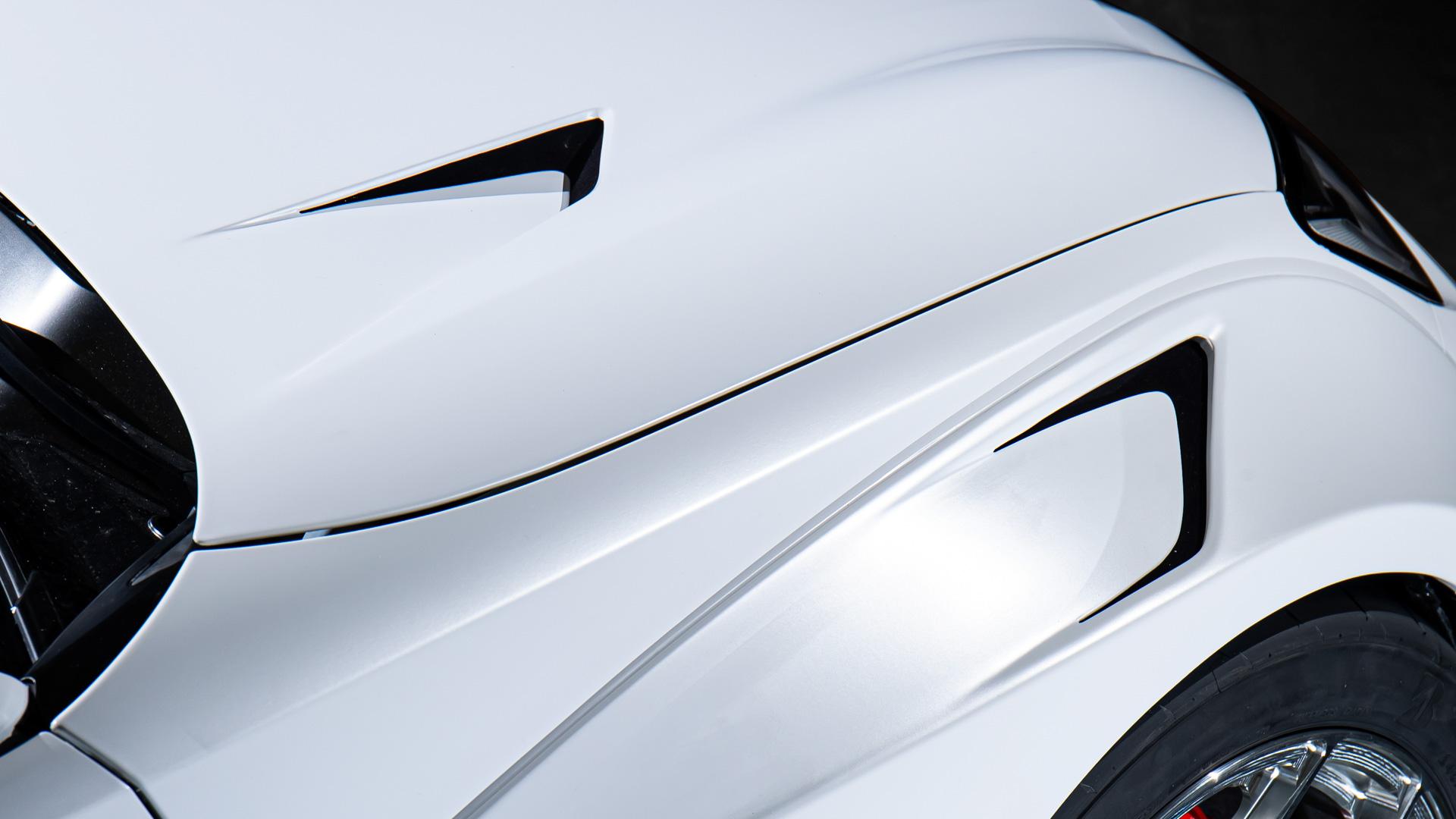 【ホイールハウスアウトレット】両端に配置したエアアウトレットはエンコパ内の空気を上方に抜き、冷却の為に前方から大量に吸気した空気が床下にオーバーフローする事を防ぐ狙い。両端にコンパクトに配置しているのはリヤウイングに向かう車両上面の綺麗な風の流れを阻害しないように工夫した