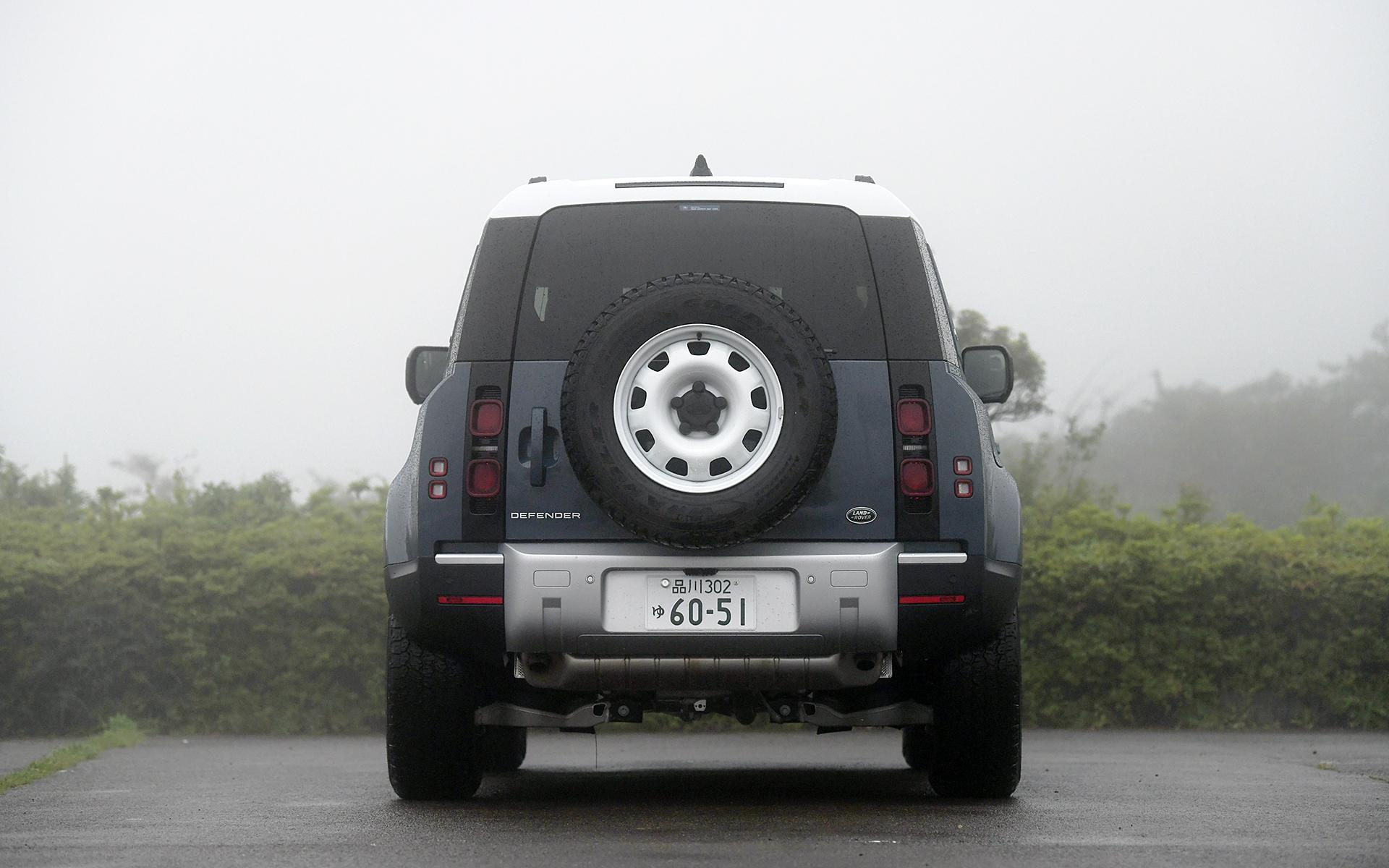 ボディサイズは4510×1995×1970mm(全長×全幅×全高)、ホイールベースは2585mm、車両重量は2100kg。足下はディーラーオプションの18インチ スタイル5093(グロスホワイトフィニッシュ)スチールホイールを装着し、255/70R18サイズのグッドイヤー「ラングラー オールテレーン アドベンチャー」を組み合わせる