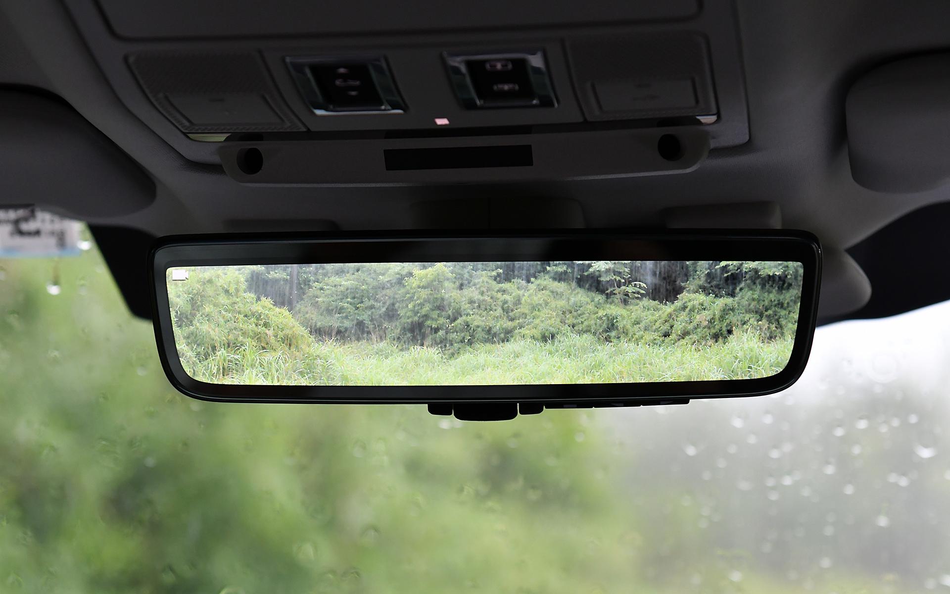 ジャガー・ランドローバーとして初採用となった最新インフォテインメント・システム「Pivi Pro」のほか、ClearSightインテリアリアビューミラーや10インチタッチスクリーンなどの最新装備も搭載。エアコンまわりのスイッチはグローブをしていても操作しやすいような大型のタイプ