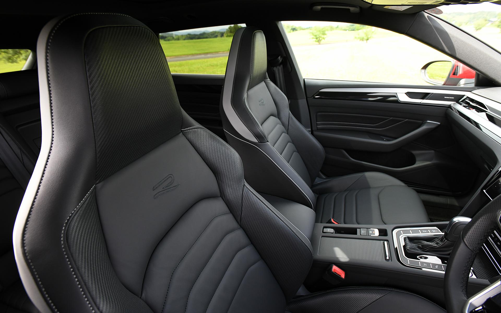 R-Lineは専用のナパレザーシートとなり、R-Line Advanceではさらに運転席/助手席がスポーツシートとなる