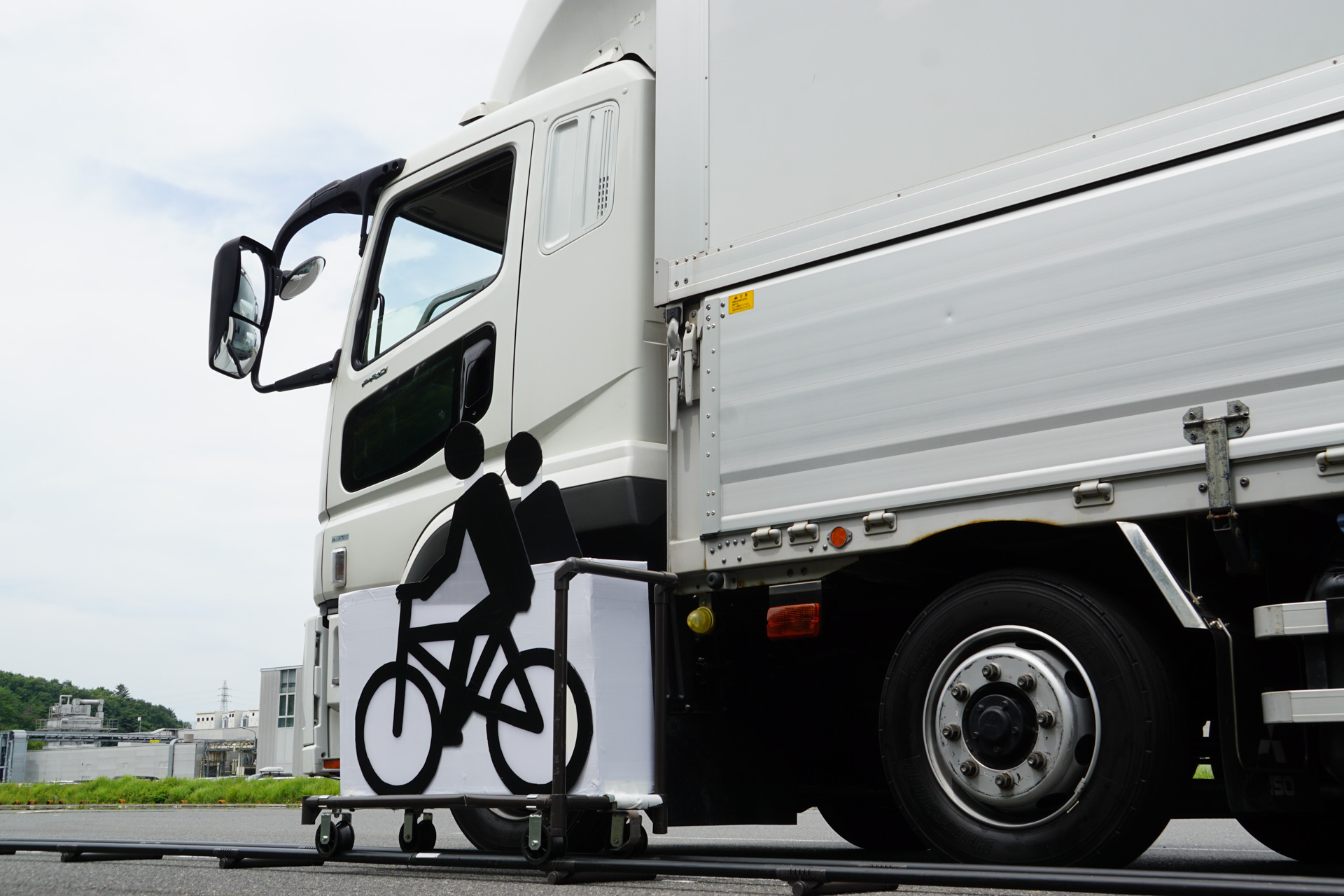 トラックと並走してくる自転車に見立てた模擬装置を使ってデモンストレーションが行なわれた