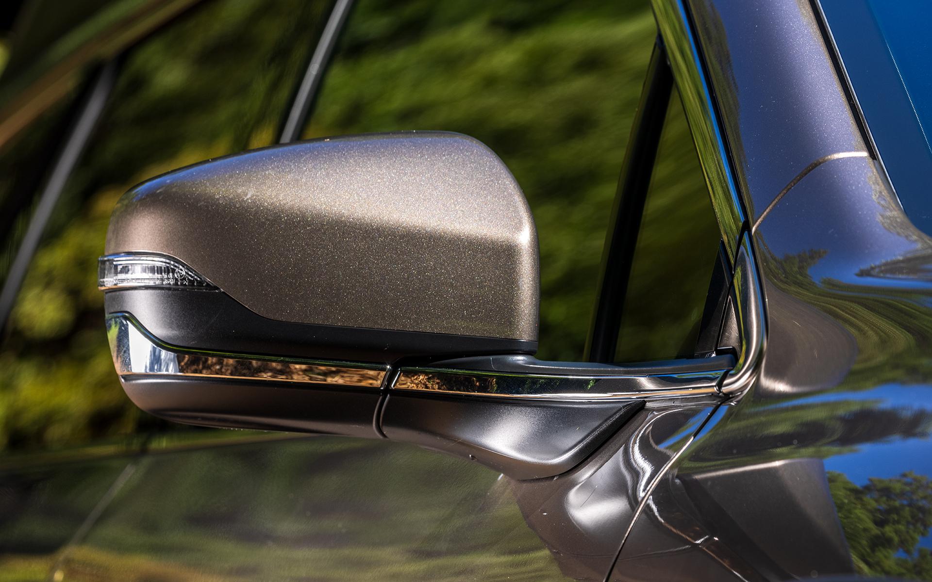 リバース連動、オート格納など機能満載のドアミラー。Limited EXはボディ同色