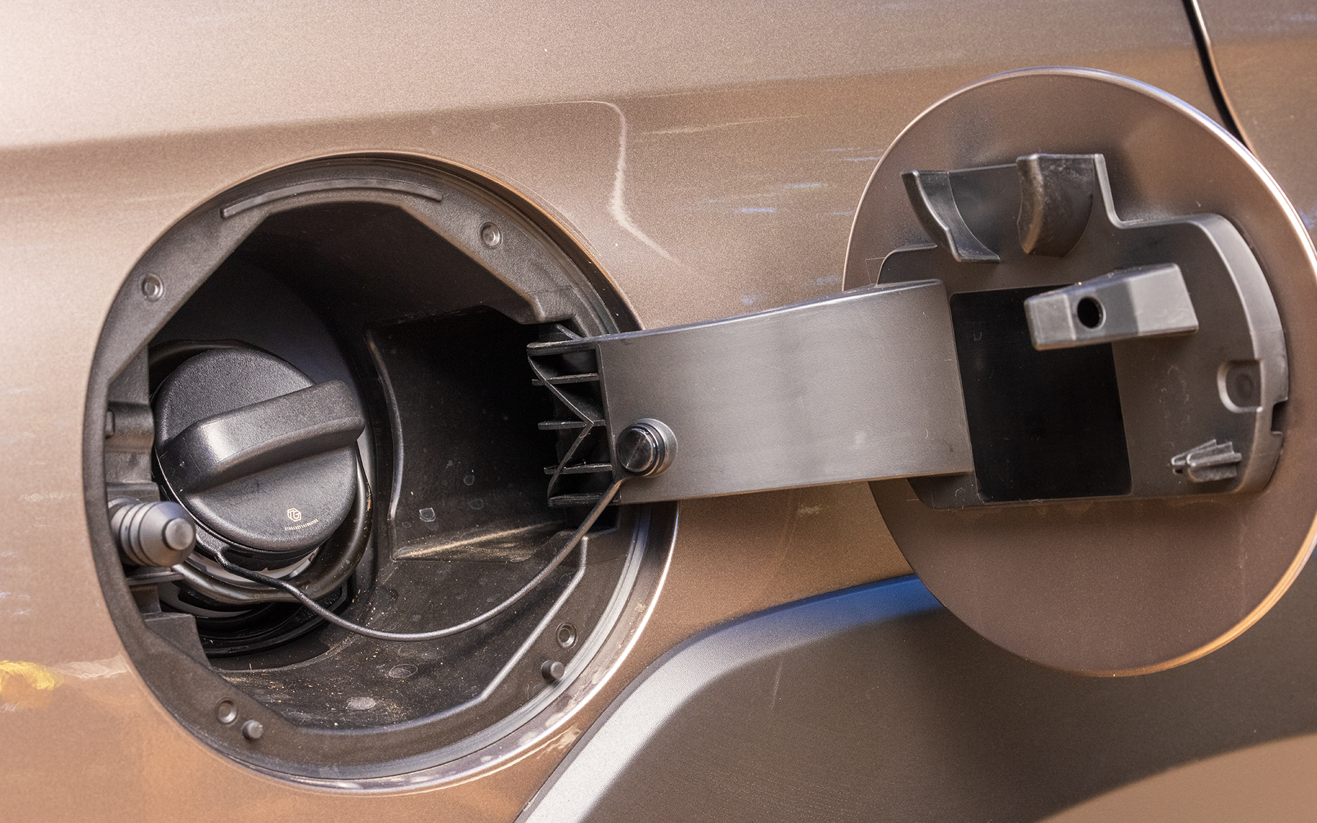 使用燃料は無鉛レギュラーガソリン。タンク容量は63L