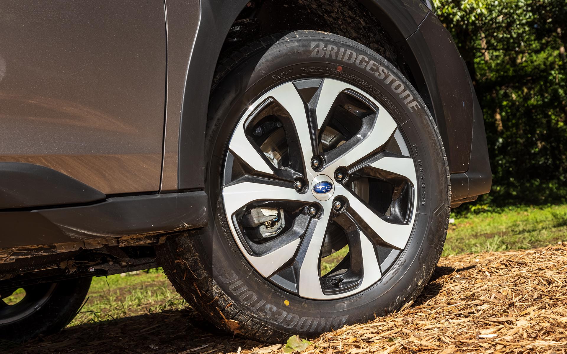 タイヤサイズは225/60R18。標準装備となるアルミホイールはダークメタリック塗装と切削光輝の組み合わせ