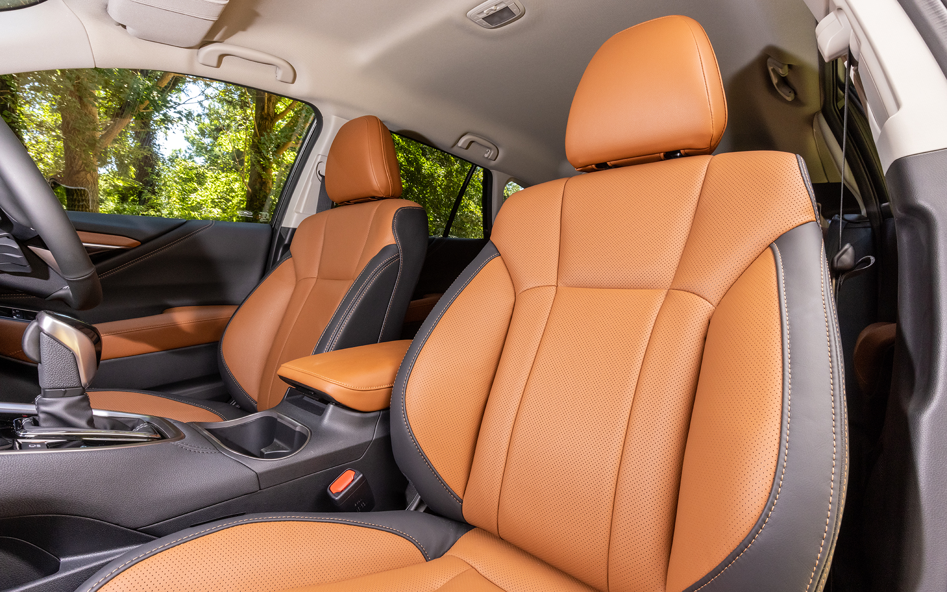 運転席10ウェイ、助手席8ウェイのパワーシートが標準。シートヒーターも装備