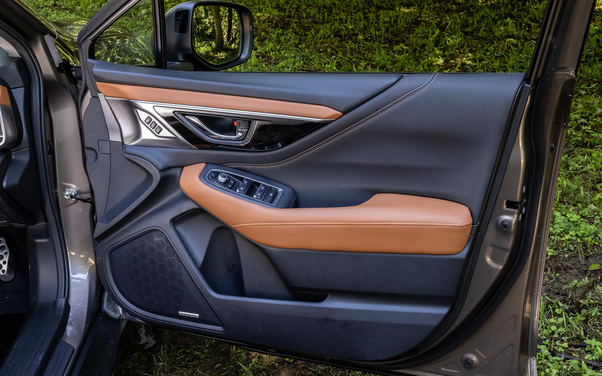 運転席ドアトリム。11スピーカーを擁するハーマンカードンサウンドシステムはオプション
