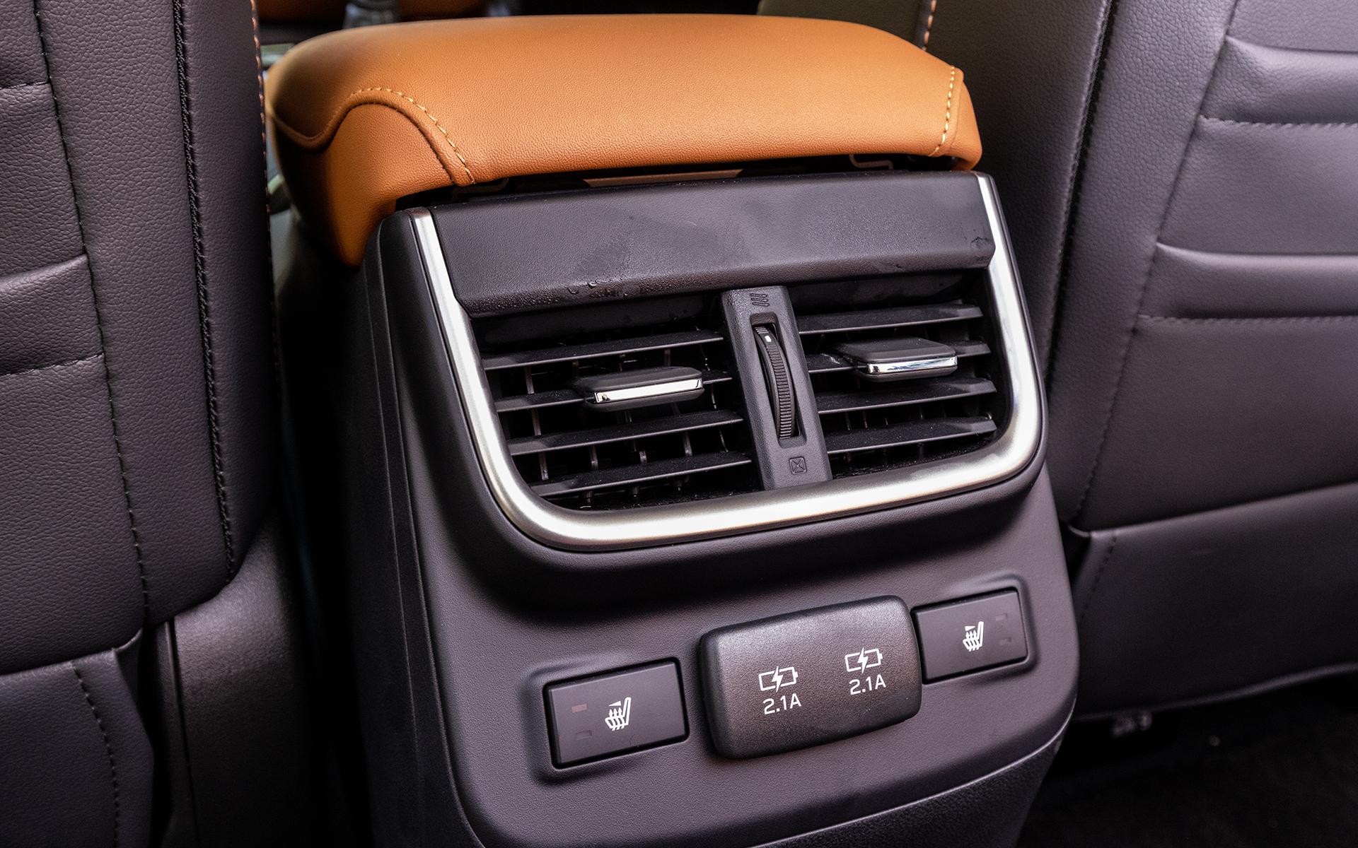 センターコンソールボックス後端に後席用エアコン吹き出し口を用意。その下にはUSB電源やシートヒーターのスイッチも