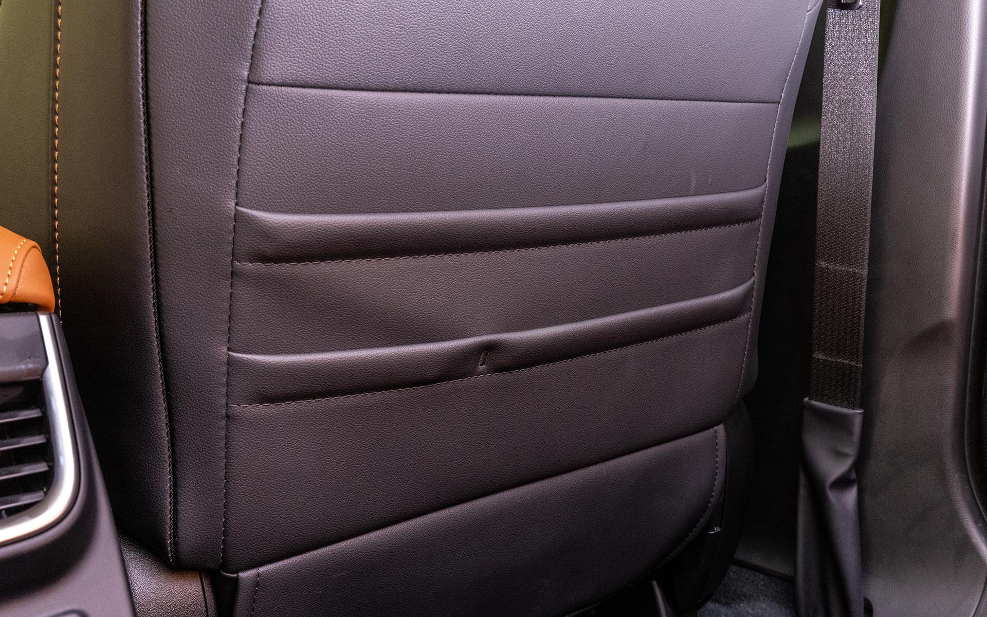 フロントシート背面はポケットタイプの収納がある
