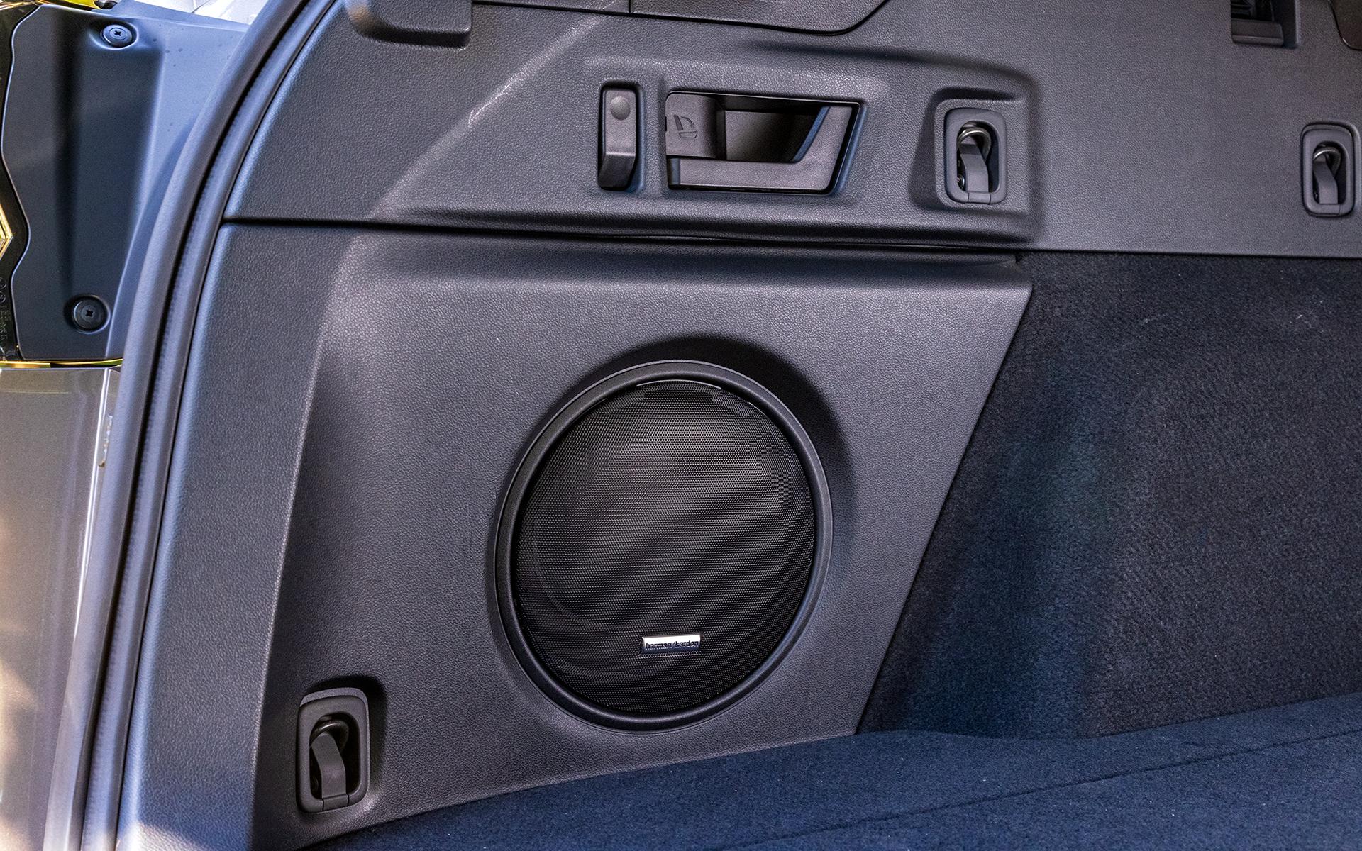 左サイドにはハーマンカードンサウンドシステムのウーファー。上部のハンドルでリアシートの背もたれをワンタッチで倒すことが可能