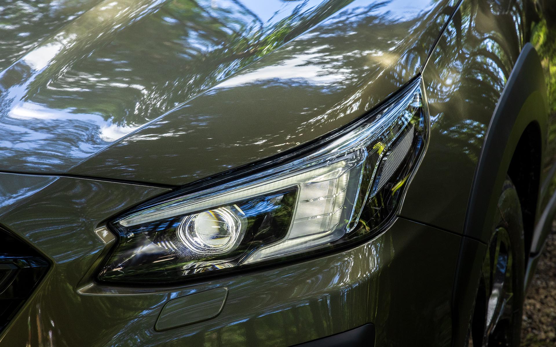 ヘッドライトの点灯パターン。ヘッドライトはフルLEDでヘッドライトウォッシャーを装備