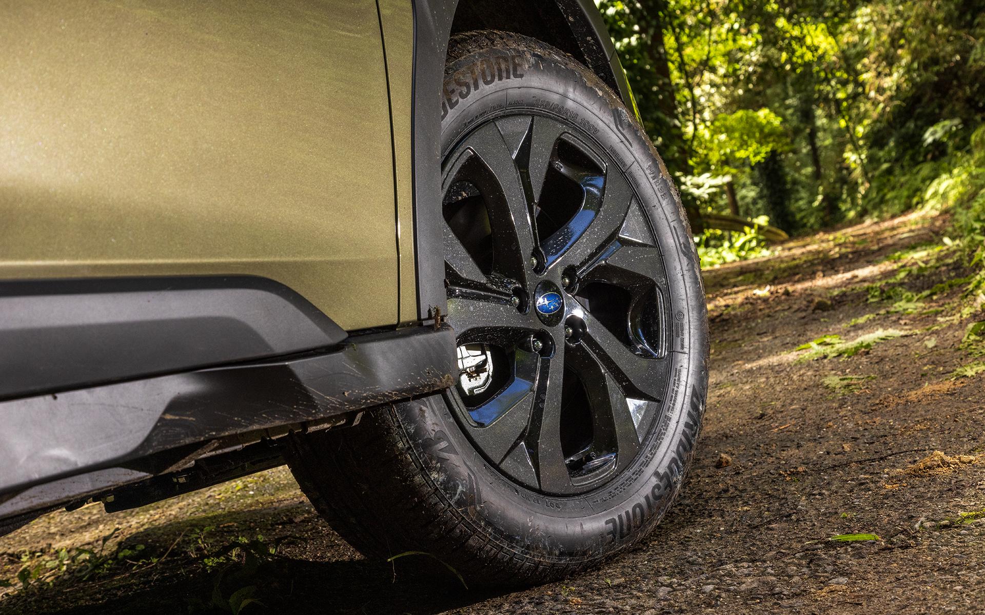 タイヤサイズはLimited EXと同じ225/60R18。アルミホイールはブラック塗装になる