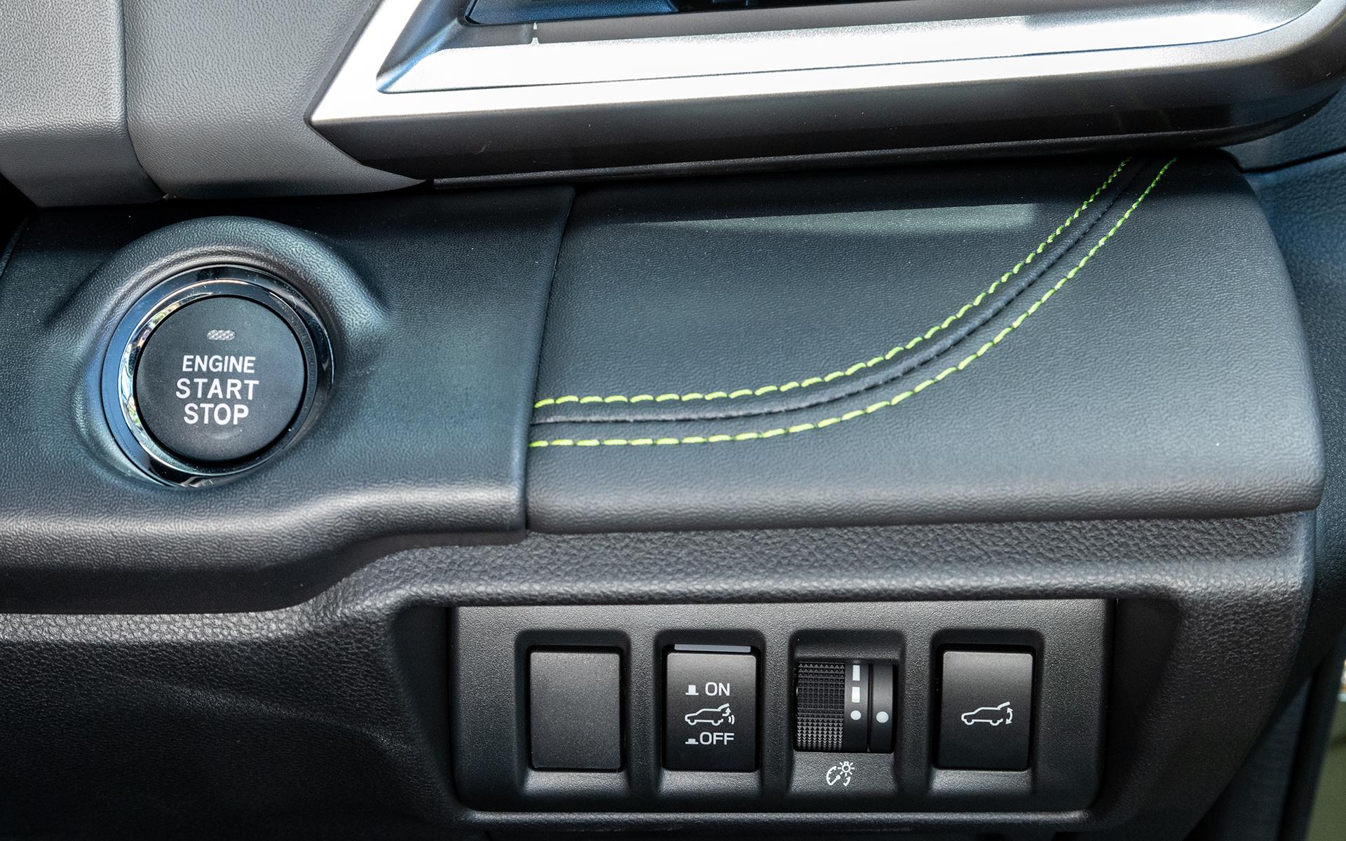 ステアリング左側にはスタート/ストップスイッチなど。ここにもエナジーグリーンのステッチがアクセントとして採用されている