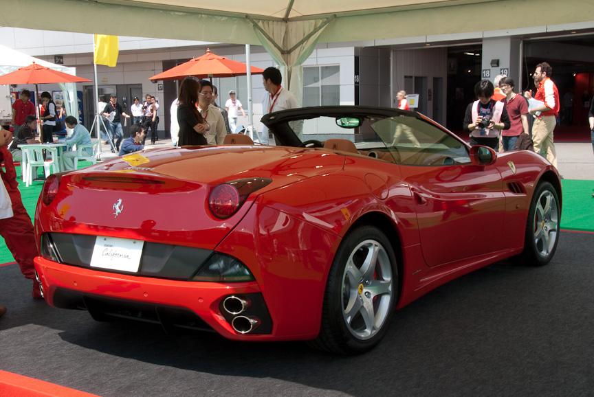 フェラーリの現行ラインナップをパドックに展示。なかでも注目を浴びていたのが日本初公開のカリフォルニア。リトラクタブルハードトップ、パドルシフトのみの7速デュアルクラッチトランスミッションなどに注目が集まっていた