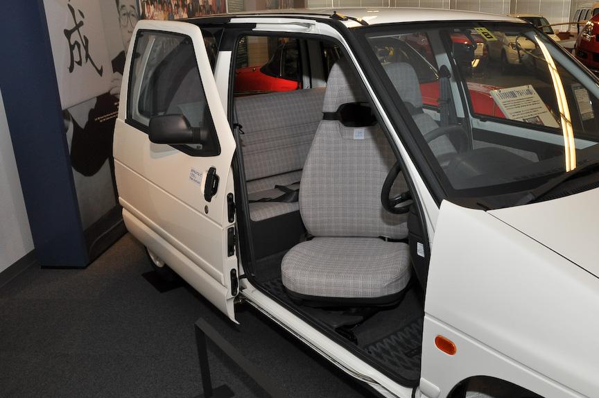 3代目アルト。写真は、スライドドアを採用し、運転席を回転式とした「スライドドアスリム」