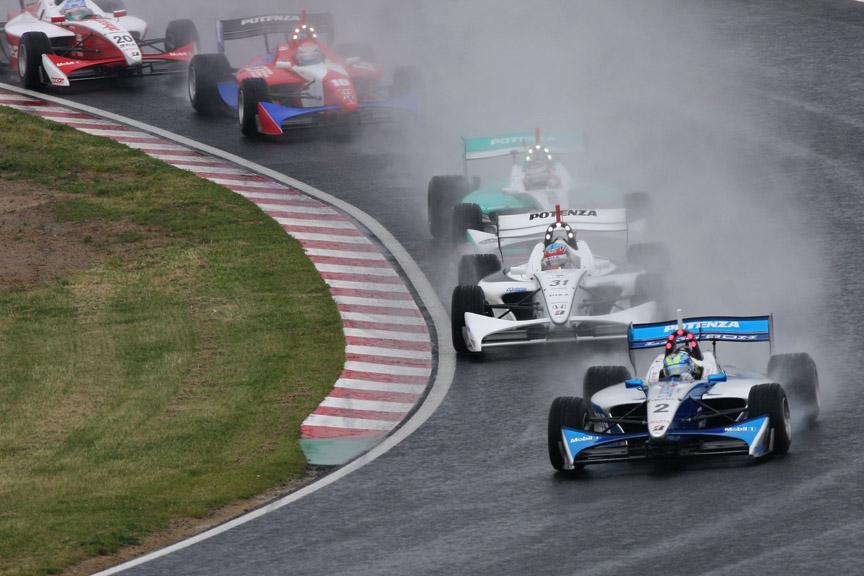 鈴鹿サーキットで開催されたフォーミュラ・ニッポン第2戦は、あいにくの雨となった。写真はスタート直後の1コーナー。トップはブノワ・トレルイエ、2位にロイック・デュバル、4位にルーキー塚越広大